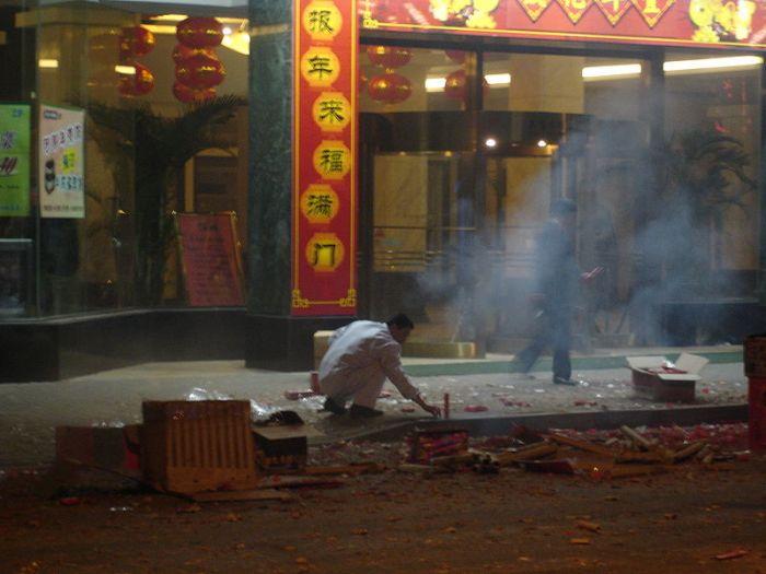 Chines soltando fogos durante o ano novo lunar